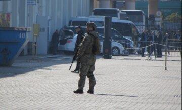 Людей з автоматами виставили в порту Одеси: кадри з місця