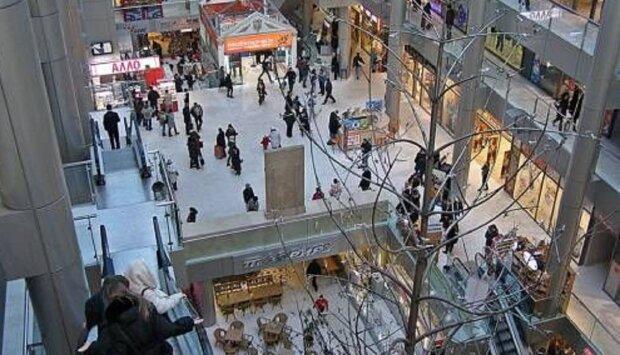 Неадекватная блондинка набросилась на охранника в торговом центре Одессы: видео драки