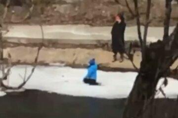 """""""Разговор важнее ребенка"""": киевлянка решала свои дела, пока малыш играл на подтаявшей льдине, видео"""