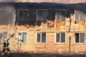Огонь охватил дома для переселенцев на Закарпатье, спасатели раскрыли детали: кадры с места трагедии