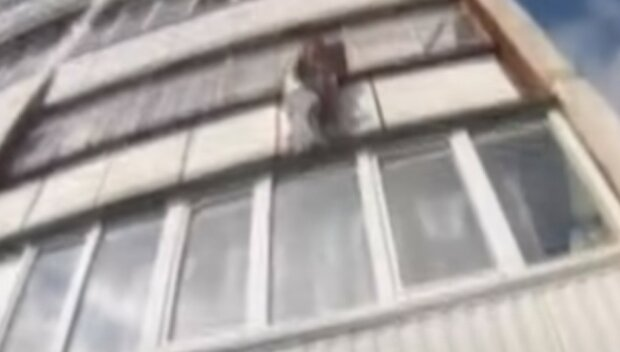 Жінка повисла на 5 поверсі в багатоповерхівці Києва: з'їхалася поліція