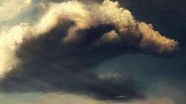 Опасное явление в небе напугало криворожан: «Это просо ужас! Прям красное…»