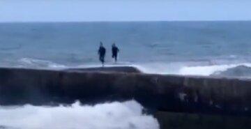 Одесские подростки устроили опасные игры на берегу моря: момент попал на видео