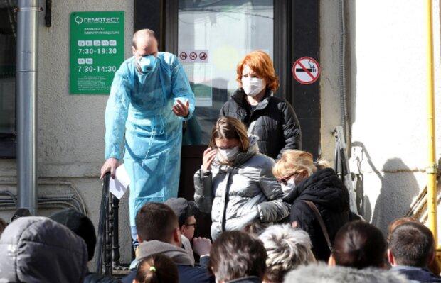 """В Киеве под лабораторией выстроилась живая очередь, фото: """"массово проверяются на..."""""""