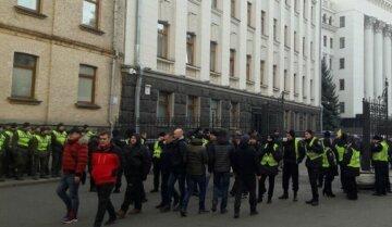 Толпа окружила Офис Президента, Зеленский скрылся в селе: эксклюзивные кадры
