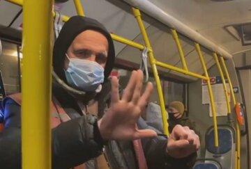 """В Киеве появился кондуктор-фокусник, пассажиры в восторге: """"регулярно поднимает настроение"""""""