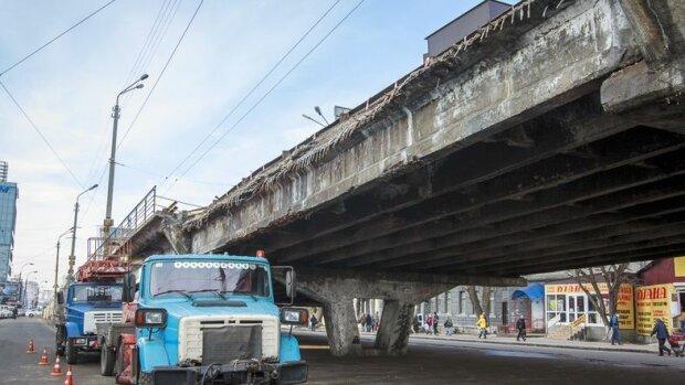 »Уставший» Шулявский мост скоро «разбудят»: когда готовиться к пробкам