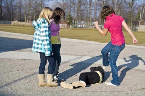 девочки школьницы разборки драка буллинг