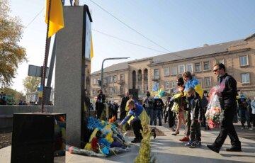 Вандалы осквернили памятник героям АТО, фото: дополнили Лениным
