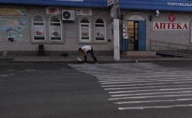 """Дніпрянин не витримав і зробив роботу за комунальників, фото: """"через місяць після трагедії..."""""""