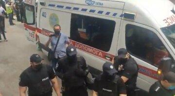 """""""Ганьба"""": протест під стінами диспансеру в Харкові переріс у бійку з поліцією, відео"""