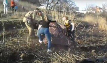 """Прыгнули в ледяную воду: 55-летняя харьковчанка """"оказалась в плену"""" сточных вод, кадры ЧП"""