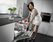 женщина посуда
