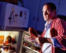 человек ест, холодильник, еда
