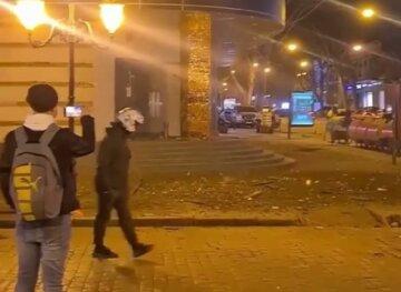 ЧП в самом центре Одессы: фасад едва не рухнул на головы прохожих, видео