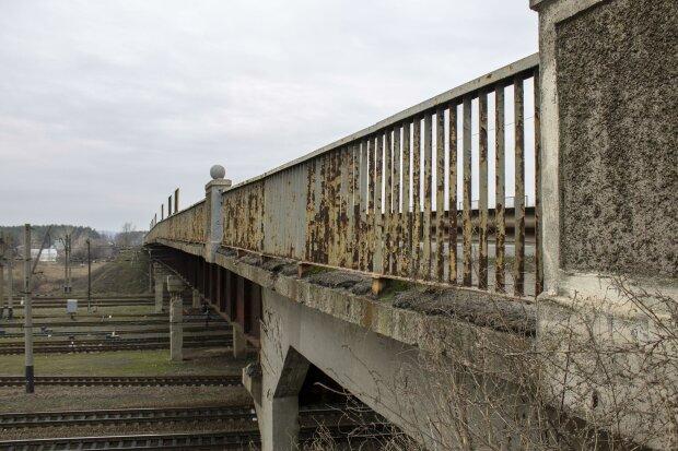 Міст під Харковом руйнується на очах: моторошні кадри НП