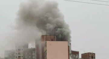"""Многоэтажку в Киеве охватил пожар, людей срочно эвакуировали на улицу: """"затянуло сильным дымом"""""""