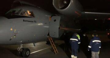 Самолет с Нацгвардией приземлился в Одессе: кадры происходящего