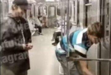Підлітки псували вагони метро в Києві, інші пасажири не реагували: відео