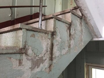 больница разваливается ступеньки