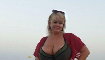 """Украинка с 13-м размером без стыда вывалила загорелый бюст перед мужчинами: """"зачем аж так?"""""""