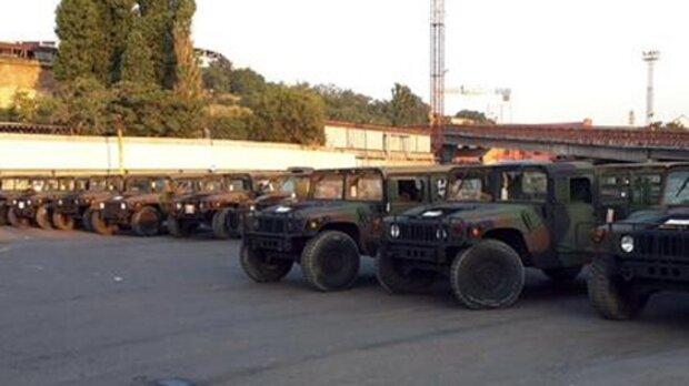 Військова техніка паралізувала рух громадського транспорту в Одесі, фото: що сталося