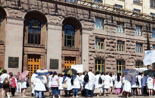 """Хворих дітей кинули напризволяще в Києві, медики вийшли на протест: """"Вже три місяці без..."""""""