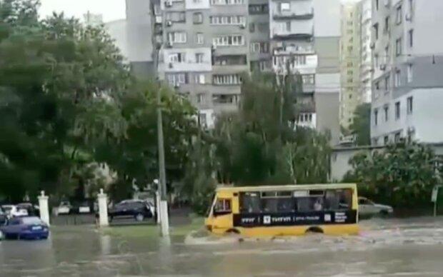 Потужна злива обрушилася на Одесу, вулиці пішли під воду: відео стихії