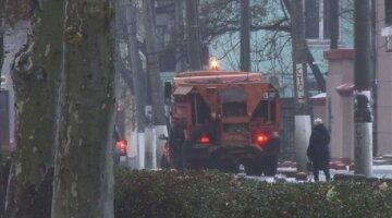 В центре Одессы снегоуборочная техника протаранила такси: кадры аварии