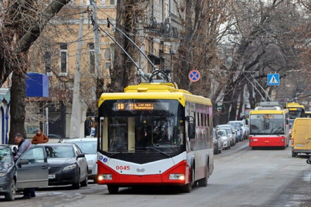 НП в тролейбусі Одеси: пасажирів засипало склом, кадри