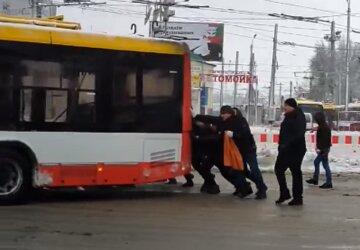 В Одесі люди штовхали заледенілий тролейбус, поліція перекрила рух: відео подвигу