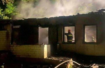 Тіла молодої пари знайшли в згорілому будинку, двоє дітей залишилися сиротами: кадри і деталі трагедії