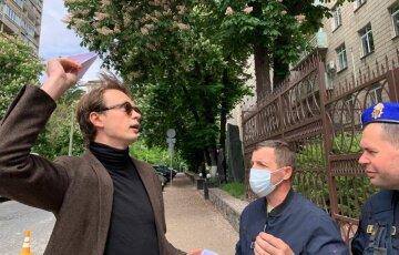 Політолог Давидюк влаштував одиночний протест біля посольства Білорусі в Києві