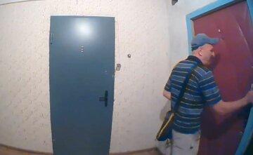 """В Украине активизировались домушники, опасный момент сняла камера видеонаблюдения: """"Метки на двери..."""""""