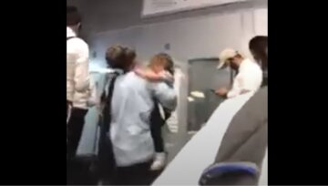 """Іноземці застрягли в аеропорту Одеси, відео: """"діти плачуть, а люди сплять на підлозі"""""""