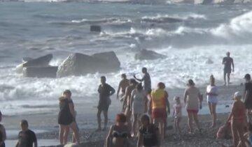 В Одесі шукають чоловіка, якого віднесло дощовим потоком у море: відео