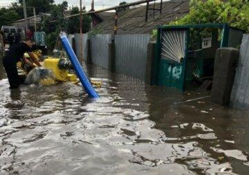 Рекордный ливень накрыл Одессу: улицы ушли под воду, людей сбивали потоки воды