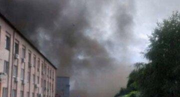 Піднімається чорний дим: у київській офісній будівлі спалахнула пожежа, кадри з місця