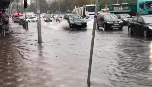 Киев ушел под воду, появились подробности и кадры стихии: где не проехать