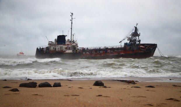 """Аварія танкера в Одесі переросла в екологічну катастрофу, правду не приховати: """"перевищує в 90 разів"""""""