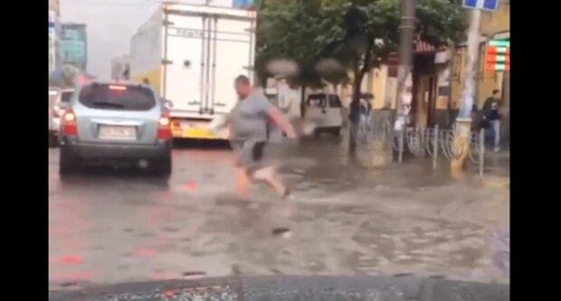 Реки на дорогах и многочисленные пробки: Киев ушел под воду, видео последствий