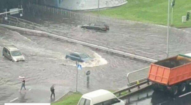 """Дніпро перетворився в аквапарк, вода скрізь: """"без рятувальних жилетів о@кувати почав"""""""