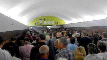 """Харків'яни ігнорують карантин в метро, фото: """"лише у двох..."""""""
