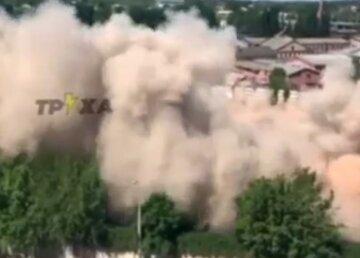 Поднялись столбы пыли: в Харькове на глазах у людей произошел взрыв, кадры