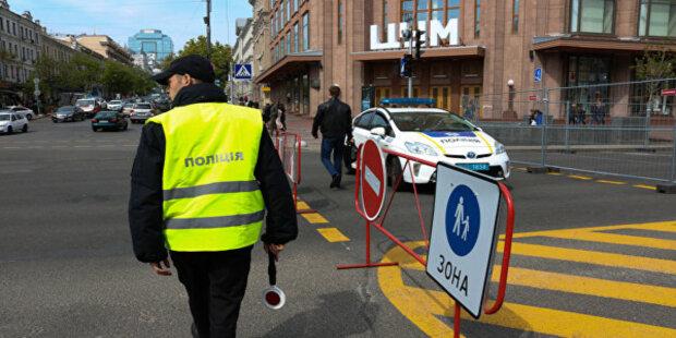 Крещатик заполонили люди в «красном»: что происходит в сердце украинской столицы