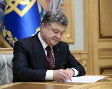 порошенко подписывает
