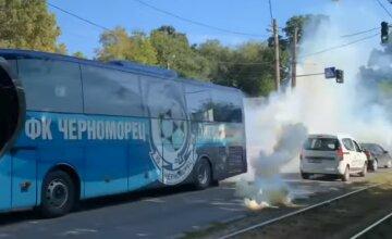 """В Одесі фанати атакували автобус """"Чорноморця"""", втрутилася поліція: відео"""