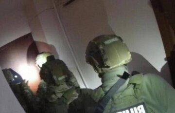 Грабители проникли в квартиру киевлянина и забаррикадировались: на место съехалась полиция и КОРД, фото