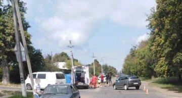 Оторвавшийся прицеп влетел в подростков на мопеде: кадры аварии из Одесской области