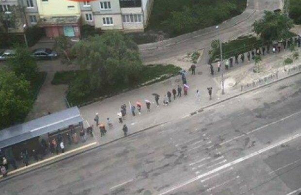 """Люди страдают из-за транспортного коллапса в Киеве, фото: """"Зато ночные клубы уже работают"""""""
